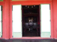 大堂殿の内部。王妃の生活空間でこの位しか開いてませんが、どう見ても贅沢な品物が垣間見えます。