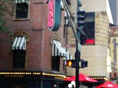 いったん休憩した後、夕食へ。シカゴと言えばDeep Dish Pizza。 Deep Dish Pizzaというものを初めて知ったのは2002年のサンフランシスコ。 EmbarcaderoにPizzeria UNOがあった(いまはもうない)。「アメリカの食事の量」に慣れず、頼み過ぎちゃってお持ち帰り。翌日レンジで温めて食べたなあ。夫はアンチョビ入りのDeep Dish Pizzaがすごく気に入って、よくその思い出を語るのだが、ほらついにまた来ることができたよ、UNOに!
