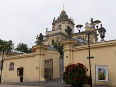 こちらの聖ユーラ大聖堂に入っていきます. 聖ユーラとはドラゴン退治の伝説を持つ,聖ゲオルギオスのことで,この教会は1761年に後期バロック様式にて建立されたもの.その以前にも,1280年にLev王子により最初の木造教会が,1363年には最初のレンガ造りの教会が建てられたそうです.また,1341年製のウクライナ最古の鐘があるとのこと.18世紀から20世紀まで,ウクライナ・ギリシャカトリックの総本山だったものの,2005年にキエフに移されたそうです.