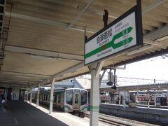 """終点、会津若松到着。  1時間立って来たけど、3人で話してたらあっという間だった。  それにしても暑い。  街全体が""""燃えている""""感じだ。"""