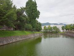 松本城に向かいます。立派なお濠。