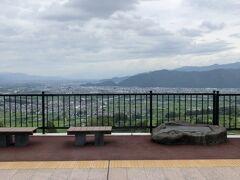 長野に向かいます。初めて篠ノ井線に乗ります。 電車はワンマン運転です。 篠ノ井線一番の楽しみは姨捨駅です。 ここでスイッチバックします。 ワンマン運転なので、運転手は運転席を移動せず、そのままバック運転するのには、ちょっと驚き。 東京だとオーバーランの時だけですもんね。  姨捨駅はトランスイート四季島も停車する駅なので 綺麗に整備されてます。  下車して景色を楽しみたいですが、時間ないので車窓から。