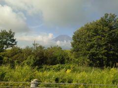 東富士五湖有料道路を走行中。 雲が多くて見にくいですが富士山が見えました。