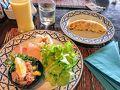 まずは朝ごはんでーす  AM07:30頃起きて朝食へ。  小さなホテルなんで品数はそこまで多くないです。 でも十分だし、美味しいからオッケー!  フルーツコーナーには無かったけど、「マンゴーカットしてもらえる?」って聞いたら良いわよ〜って  旅行の時だけしっかり食べます。