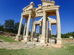 アフロディシアスのアフロディーテ神殿。テトラピロン。ここはローマ皇帝アウグストゥスの時代にできたそうです。それって、日本はいつの時代?