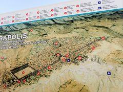 ヒエラポリスの地図です。広いのがわかります。紀元前190年に始まった都市遺跡だそうです。紀元前の話となると、そのころ日本てなんだっけ?と今回の旅行何度めかの、この時代の日本ていつだっけ?の疑問がアタマをぐるぐる。その時代にしては、劇場も神殿も、大浴場もすごい設備だと思います。ヒエラポリスの北門近くにネクロポリスがあります。