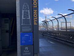 橋の南側のパイロン展望台から景色を見る予定だったのですが、これまた調べていた金額($13)より高く($25)なっていたので、少し考える事に。(結局のところ登りませんでした)今になって、登っておくべきだった!と後悔。たぶん、もー行くことはないと思うので・・・。^^;