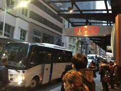 6:45 リッジズ ワールド スクエア シドニー ホテルに集合。周りにはツアーに参加するであろう人たちが、パラパラ居ました。朝に弱く、不機嫌な姪っ子ちゃんを連れて・・・。昨日歩き回ったセイで、体調がよくないご様子。大丈夫?かなぁ--;
