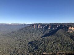 「オーストラリアのニューサウスウェールズ州にある国立公園。2000年にグレーター・ブルー・マウンテンズ地域の一部として世界遺産登録されました。4000kmに及ぶ広大な敷地内には、ユーカリの森が広がっています。」ガイドさんより。