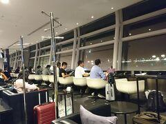 8月19日(月)松山からANA便を乗り継ぎ、羽田へ。出国後ラウンジで搭乗時間を待つ。元々、タイ航空でバンコク経由してからウィーンへ入る特典航空券でしたが、出発2週間前にANA便の空席待ちが獲れ、急遽日程変更した。 この日はお盆明けで特典航空券での取得ができず、別途購入。プレミアムクラスしか空いていませんでした。
