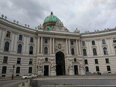 ベルヴェデーレに向かうまでまだ2時間。ホテルに荷物を預かってもらい早朝散策へ。アルベルティーナから歩いて行き、王宮へ出ました。