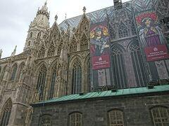 更にケルントナー通りを目指すとウィーンのシンボル、シュテファン大聖堂へ。 中に入ってみましたが、ミサをしていて一定の所までしか入れませんでした。