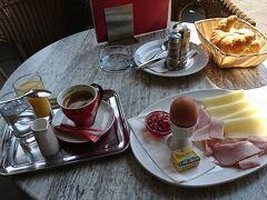 オペラ座に戻る。小腹がすいたのでウィーン最初の食事はカフェ・オペラでモーニング。テラスでお茶を頂いているとヨーロッパに来た感じがします。