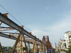 ベトナム戦争中に爆撃を受け、橋中央付近の山形のデザインは破壊されてしまったそうですが、渡れるように修復して利用されています。 ロンビエン橋の老朽化に伴い車両通行不可にして新たに橋を架けたものの、今度は渋滞問題になり、今は人とバイクの通行を許可としたのだそう。