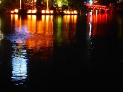 ライトアップされた赤い橋と玉山祠がホアンキエム湖の水面に写り込んで綺麗でした。