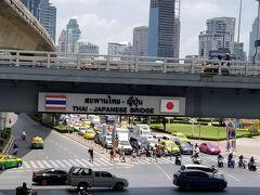 仕事の途中で見つけました。タイと日本の協力を記念するプレートです。橋にありました。この他にもビルや、エスカレーターや、いろいろな建物などに記念プレートがあります。  親日だなあ、タイ。うれしいです。  これからも良い関係が続くことを願います。