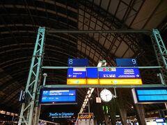 始まりは、いつものフランクフルト中央駅 流石に、いつもの喧騒はどこにやら。 アジア系の旅行者は皆無です。 真夜中 2:50のICE993に乗って、一路ミュンヘンへと出発します。