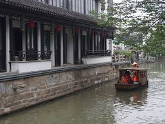 平江路歴史街区 平江路歴史街区を狭い水路を手漕ぎ船が進む。