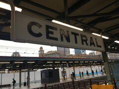 なんだかレトロな駅の看板。 かわいい。  無事電車に乗りこみ、 眠り込みつつ、到着を待ちます。