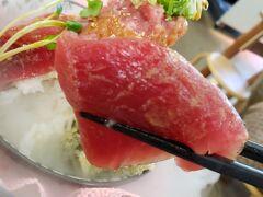 お刺身8種、ご飯は丼二杯分(さすがに1人では食べられないので少なくしてもらいました)の超豪快な海鮮丼がドライアイスのベールに包まれてお出ましです! 独り占めできるなんて幸せ~♪  色々なお刺身が少しずつ入っていてバラエティーに富んでいます。 うまーー! ですがこれだけのボリュームですので、最後は満腹感との闘いでした、、  値段は1850円。 取り皿もありましたので、普通は2人以上で食べるものなんだと思います(笑)