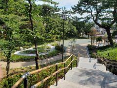 整備したてなのでしょうか、ピカピカの庭園が公園の端にひっそりとありました。 木製の門はまだほんのり木の香りがします。