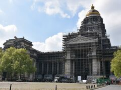 最高裁判所。 補修工事中?で全面足場?的なもので覆われてました。