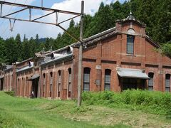 旧丸山変電所 丸山変電所は碓氷線が幹線鉄道ではじめて電化されたことに伴い、明治45年に建設されました。 当時の鉄道・電気の最先端技術が導入されました。