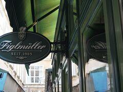 シュニッツェルで有名なフィグルミュラーへ。 待たずにすんだが、オープン10分前ですでに若干の行列が出来ていた。