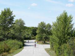 この先はFKK 。 ヌーディストエリア。 目のやり場に困るので自転車で颯爽と通り抜ける。 キャロキョロしながら… 走っていると木陰から突然ヌーディストが現れてビックリ!!