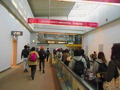 日付変更線を越え、翌日になりました。  15:10成田空港着陸、第1ターミナルの第5サテライトに着きました。  入国審査場へと歩きました。
