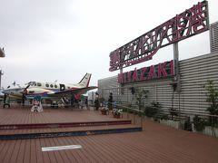 屋上に行くと「宮崎空港エアープレインパーク」なる施設~、  飛行機のある展望公園でしょうか?~、 既にちびっ子達が列を成して飛行機に搭乗待ちですね!。  *詳細はクチコミでお願いします