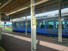 五所川原駅では下りのリゾートしらかみ3号青池編成とすれ違います。