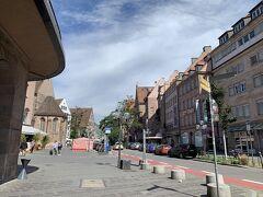 フラウエントーア塔横のケーニヒ門を抜けると、ケーニヒ通りがまっすぐ伸びています。