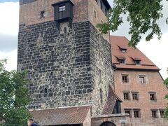 上がり切ったところで、塔が出迎えてくれました。  ここで何やら賑やかな音楽が聞こえるので、上からお堀を見下ろしてみると…