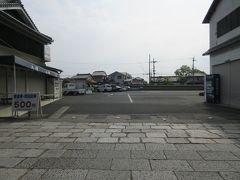 法隆寺センターの駐車場出入口。 左に直進すると法隆寺南大門があります。