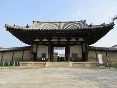 これが法隆寺南大門(国宝)。 早い時刻なので、修学旅行生もおらず、人影が少ないです。
