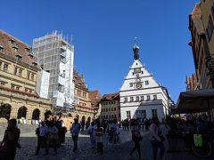 ここが中心地のマルクト広場ね。 あの工事中のところが市庁舎。 あとで登らねば。