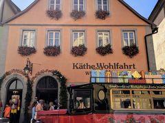 ケーテ・ウォルファルト。 クリスマスショップ。おもちゃの車。プレゼントをたくさん載せています。