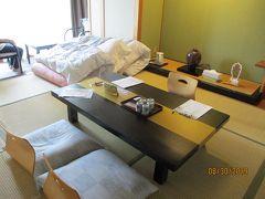 両親と私で一部屋、妹家族(4人)で一部屋です。 和室は十分広くて快適。 温泉宿に必ずある、お茶菓子は保冷庫の中にニューサマーオレンジのゼリーが人数分入っていました。