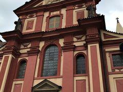 「聖イジー教会」 濃いピンクの外壁が印象的な プラハ城に残る最も古い教会建築です。