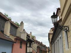 「黄金の小路」 名前の由来は金細工の職人達が 住でいた事でプラハ城の有料エリアです。