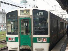 12:51福島発の米沢行き列車。  奥羽本線は山形線という別名があるんですね。 東北本線中の宇都宮線みたいなものかしら?  2両編成、車内の座席はバリエーションに富んだ編成だった・・・ 4人掛けのいわゆるボックス席もあれば、新幹線みたいな進行方向に2人掛けの席もあったり、ドア脇には横並びの席もあったり。 シートもちょっとレトロな雰囲気でした。  トイレ寄って乗り込むの遅くなったら窓側で空いてる席がなかったので、私はドア脇の2人横並びの席に座って向かい側の窓の外を眺めてました。