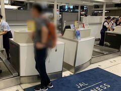 その彼です♪  慣れないカウンターに緊張してましたw スーツケース大は、JALアメックスカード特典で、シドニー まで無料配送の手続きをしてますから、カウンターでその旨を伝えます。