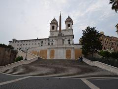 スペイン階段を降りていきながら、振り返ると、トリニタ・デイ・モンティ教会、 オベリスクが見えます