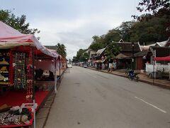 再び街の中心部に戻りました。 ここは、ルアンパバーンのメインストリートの「シーサワンウォン通り(Sisavangvong Road)」です。