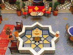 車で移動し こんばんは、フェズ。 Riad Ahlamで2泊。 中庭、素敵だわー。