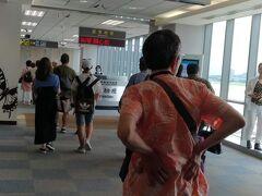 10時。台北松山空港へ到着です。 夫は2,3年前に脊椎圧迫骨折をしてから、身長が6cm縮みました。そして腰を押さえているところを見ると、やっぱり還暦過ぎての旅行は台湾が限界かなぁ…。 台湾での滞在が、体も心も少し休める滞在であると良いのですが…。
