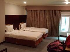 ホテルに到着しました。 今回は「阿里山に阿里山森林鉄路で行く!」のが大きな目的の一つなので、嘉義のホテルは阿里山行きを挟んで14日と16日に宿泊します。宿泊するのは「嘉義皇爵大飯店 CHIAYI KING HOTEL」。14日は現地支払いだったのでTW$1,282.07。16日は事前払いでNT$1,113.52。  そしたら!!こんなに広いお部屋に案内してくださいました~♪(感激)