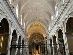 スペイン階段上の教会、トリニタ デイ モンティ教会に初めて入ってみました。 あまり飾り立てずにシンプルな教会です。それもいいです!