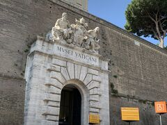 7/12 朝イチにヴァチカン美術館を予約していました。 予約のない人たちの列がすごかったです。 イタリアは予約できるところは予約していった方がいいですね!